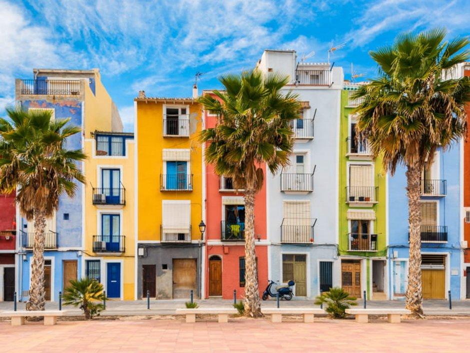 Auswandern Spanien, bunte Häuserfront in Villajoyosa, Foto: allard1/stock.adobe.com