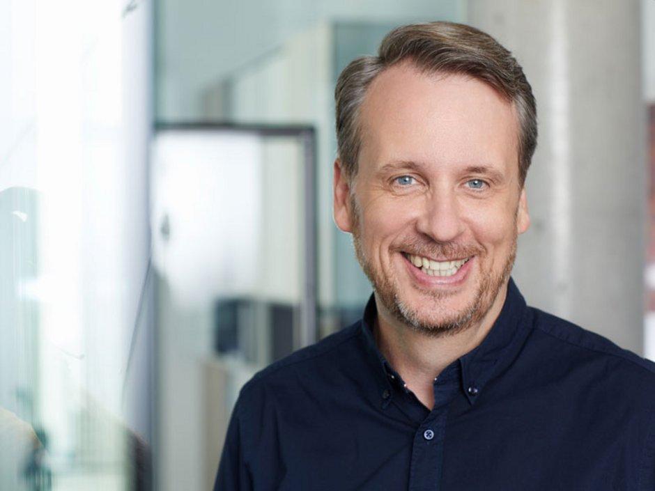 Roland Kampmeyer in einem Büro