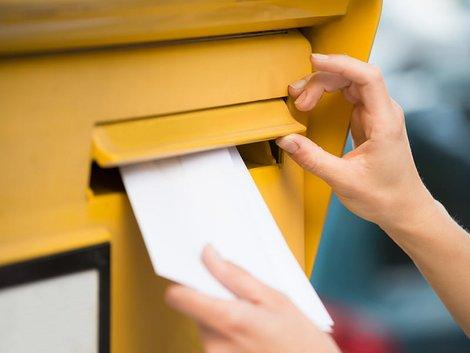 Auswandern nach Schweden, Frau wirft Brief in einen Briefkasten Foto: AndreyPopov/stock.adobe.com