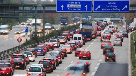 Stadtflucht, Stau auf der Autobahn, Foto: Manfred Steinbach / stock.adobe.com