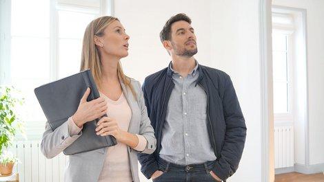 Mietkauf, Gutachterin mit Mann in einer Wohnung, Foto: goodluz / stock.adobe.com