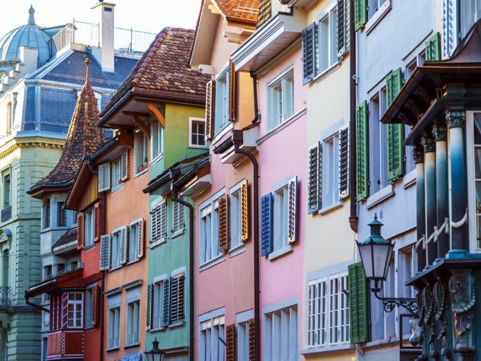 Auswandern Schweiz, Immobilie kaufen, eine Stadtansicht von Zürich mit bunten Fassaden, Foto: iStock.com/Rostislavv
