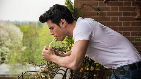 Rauchen Mietwohnung, Rauchen auf dem Balkon, Zigarettenqualm, Foto: theartofphoto / stock.adobe.com