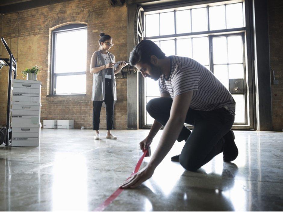 Wohnflächenberechnung, Tipps zum Messen, Raumaufteilung, Klebemarkierungen am Boden anbringen, Foto: iStock.com/Sidekick