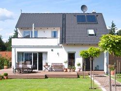 KfW Wohneigentum, neues Haus mit Garten, Foto: iStock / wakila