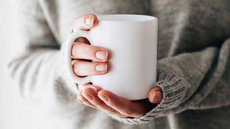Eigenbedarfskündigung widersprechen, Frau hält eine Teetasse in der Hand, Foto: Kolesnikov / stock.adobe.com
