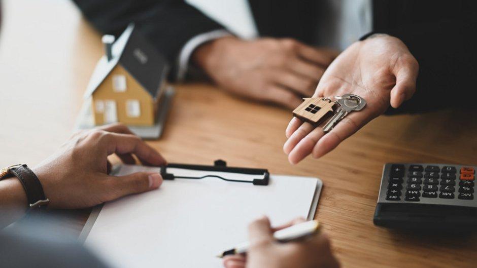 Mietkauf, Schlüssel für ein Haus wird übergeben, Foto: sodawhiskey / stock.adobe.com