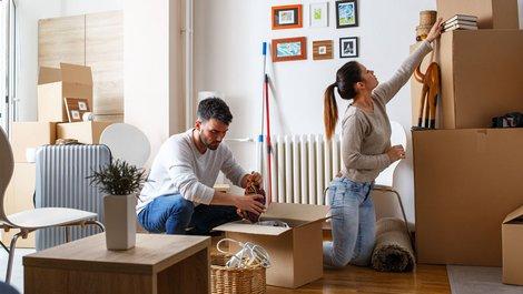 Mietbürgschaft, junges Paar packt Umzugskartons ein, Foto: BalanceFromCreative / stock.adobe.com