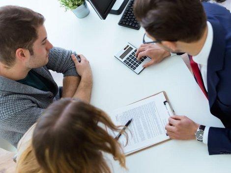 Mehrwertsteuersenkung, Mann rechnet einem Paar einen Preis aus, Foto: nenetus / stock.adobe.com