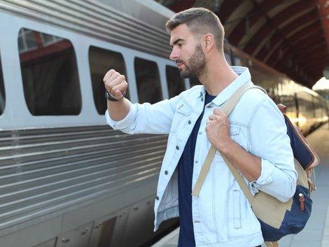 WG-Casting, Pünktlichkeit, Mann steht am Zug und blickt auf die Armbanduhr, Foto: ajr_images/stock.adobe.com
