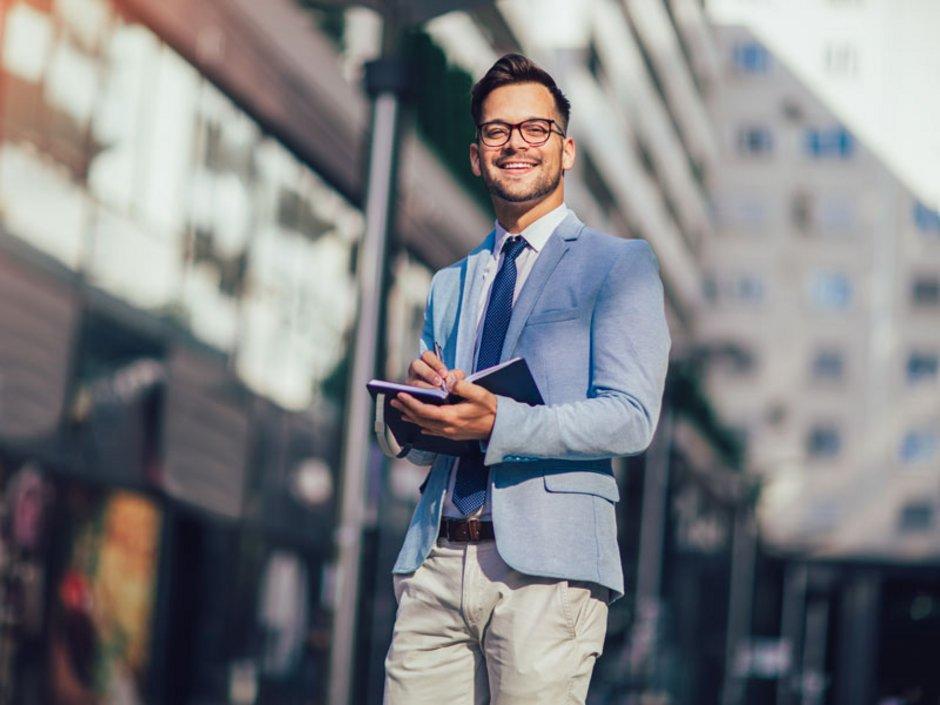 Ein Makler mit einem Terminkalender in der Hand