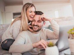 Partner in Mietvertrag aufnehmen, Paar in gemeinsamer Wohnung, Foto: ivanko80 / stock.adobe.com