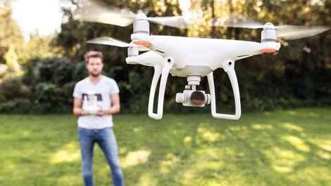 Luftbilder, Drohne, Steuerung, Immobilienmakler, Luftbilder, Foto: Halfpoint / stock.adobe.com