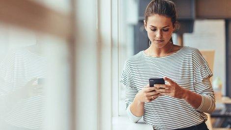 Eine Frau mit einem Telefon. Foto: Jacob-Lund / stock.adobe.com