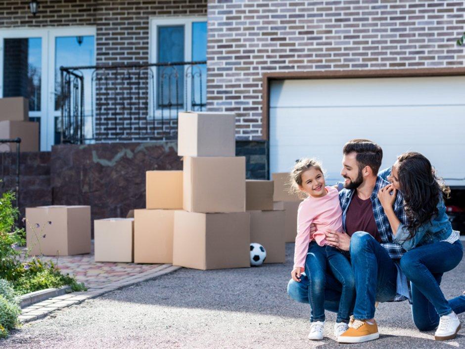 Auswandern in die USA, Familie mit Kind zieht in ein neues Haus ein, Foto: LIGHTFIELD STUDIOS/stock.adobe.com
