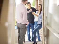Hausübergabeprotokoll, Schlüsselübergabe, Foto: iStock/sturti