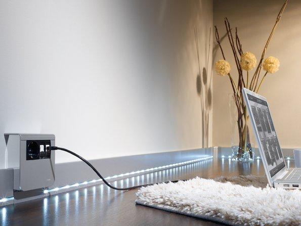 Kabel verstecken, Kabel in der Sockelleiste, beleuchtete Sockelleiste, Foto: Hagar