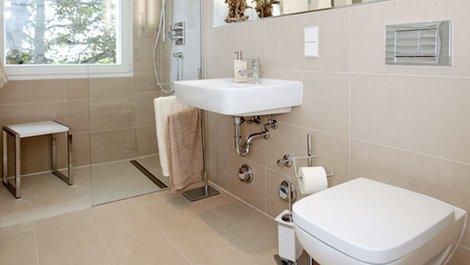 WC, Dusche unterfahrbarer Waschtisch, barrierefrei, Bad, Haltegriffe, Foto: Jörg Lantelme / stock.adobe.com