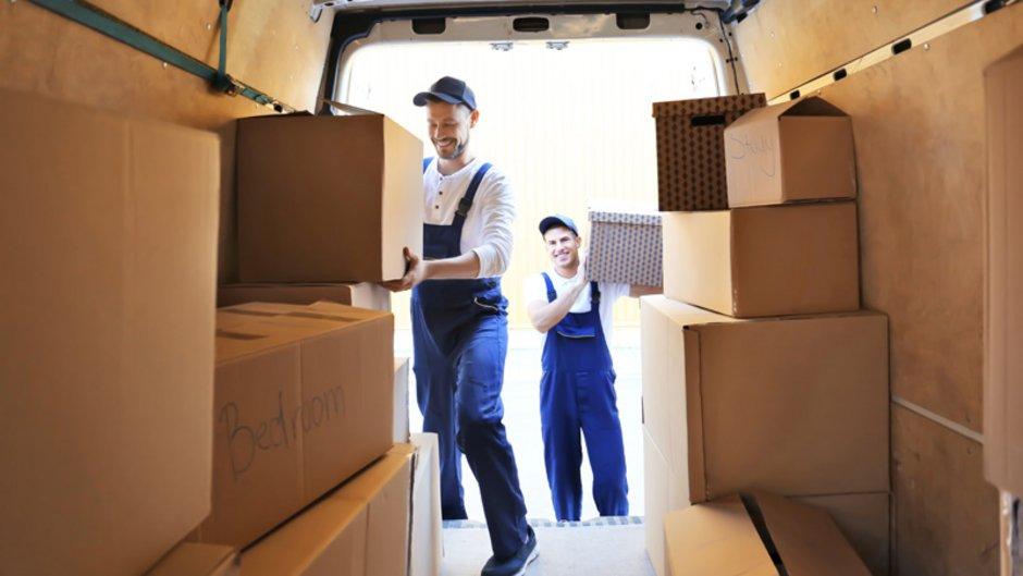 unseriöse Umzugsunternehmen, zwei Männer im Blaumann beladen einen Transporter mit Umzugskartons, Foto: Africa Studio / stock.adobe.com