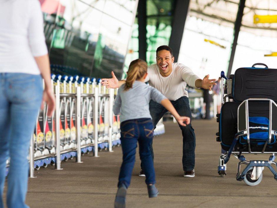 Auswandern in die USA, ein Mädchen rennt ihrem Vater in die Arme, Foto: michaeljung/stock.adobe.com