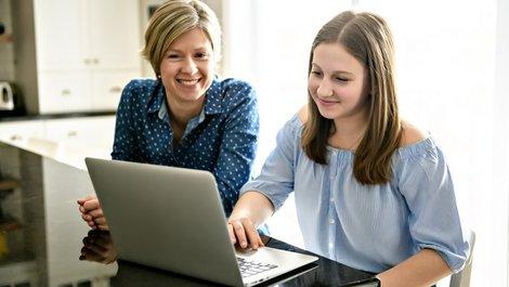 Mietbürgschaft, Mutter sitzt mit ihrer Tochter an einem Laptop, Foto: pololia / stock.adobe.com