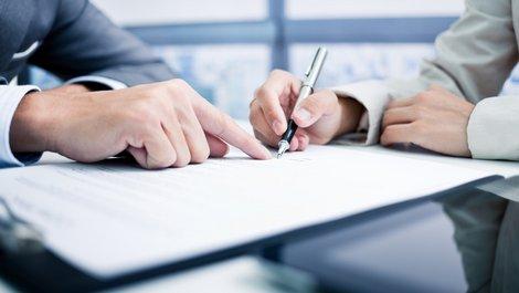 Maklerprovision, zwei Personen bei der Vertragsunterschrift, Foto: Nonwarit / stock.adobe.com
