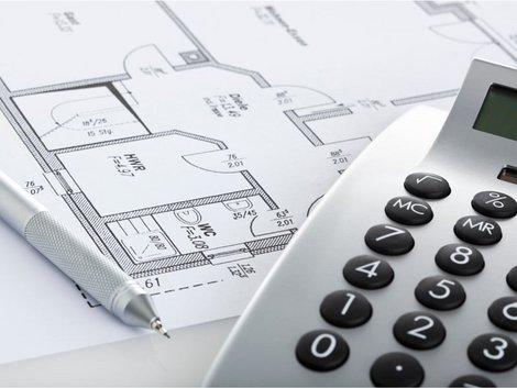 Verteilerschlüssel, Umlage nach Wohnfläche, Grundriss mit Taschenrechner, Foto: iStock.com/ eyewave