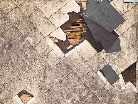 Renovierungskosten, Renovierungsfalle Hauskauf, Asbest, zerstörte Dachschindeln aus Asbest, Foto: cherokee4/stock.adobe.com