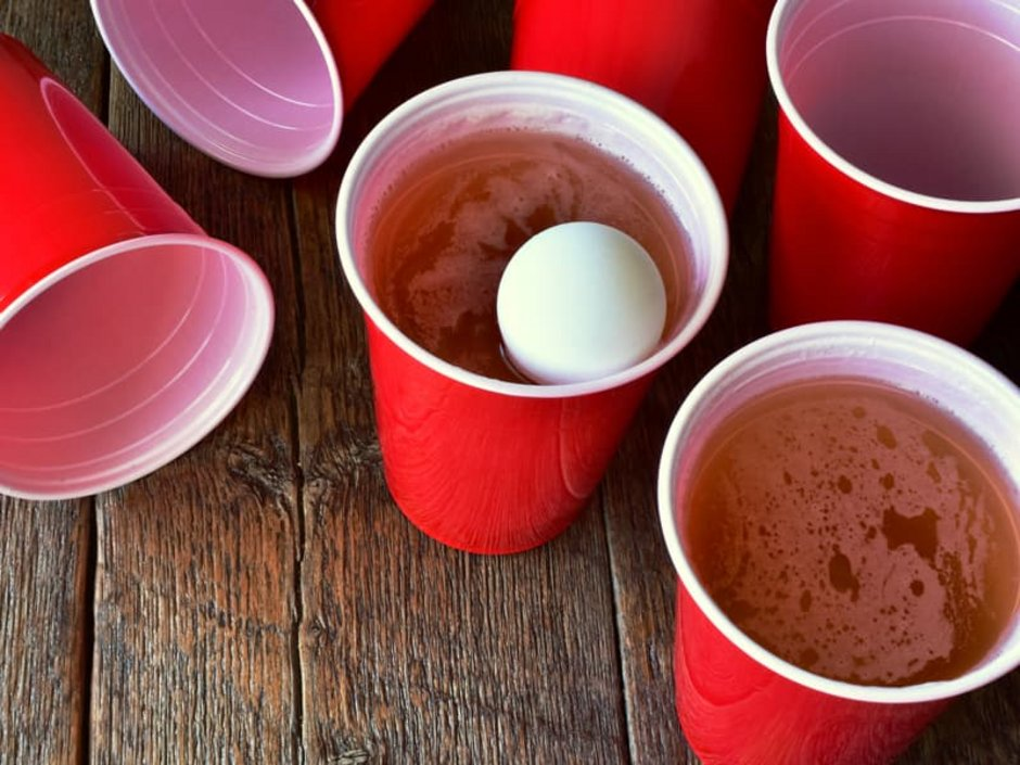 WG-Casting, Bier-Pong – mehrere Plastikbecher mit Bier gefüllt und in einem liegt ein Tischtennisball, Foto: iStock.com/PamWalker68