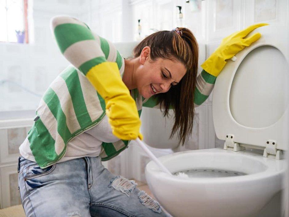 WG-Casting, Prüfung, Frau putzt eine Toilette, Foto: iStock.com/PeopleImages
