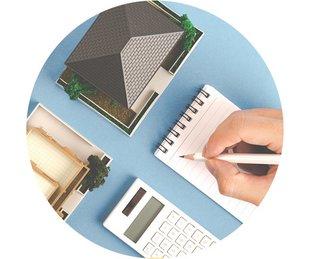 Bausparen, Baufinanzierung, Immobilie später finanzieren, eine Hand mit Stift und Rechner sowie ein Modellhaus, Foto: beeboys/stock.adobe.com