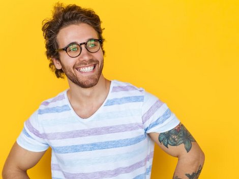 Immobilie geerbt, Erbe antreten, Mann lächelt, Foto: iStock/max-kegfire