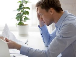 EnEV-Abmahnungen, Mann liest Brief, Foto: iStock.com/fizkes