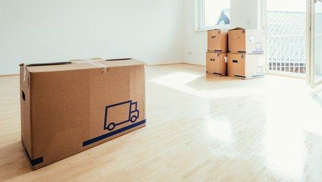Fallen im Mietvertrag, Umzugskartons stehen in einer leeren Wohnung, Foto: Patrick Daxenbichler / stock.adobe.com