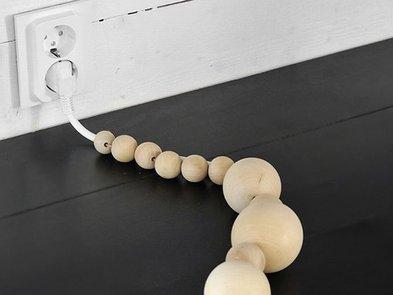 Kabel verstecken, Holzkugeln an einem Stromkabel, Foto: Frida Ramstedt / trendenser.de
