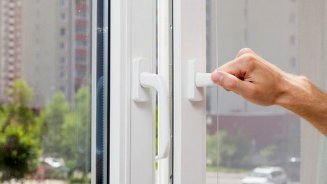 Einbruchschutz, gekipptes Fenster, Einbrecher, Nachlässigkeit, Foto: istock.com / brizmaker