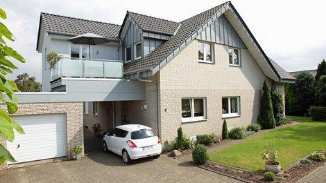 Stadtflucht, Haus mit Auto davor, Foto: stefanfister / stock.adobe.com