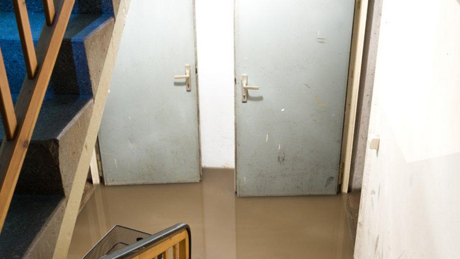 Elementarversicherung, Foto von einem mit schmutzigen Wasser vollgelaufenem Keller, Foto: Stephanie Eichler / stock.adobe.com