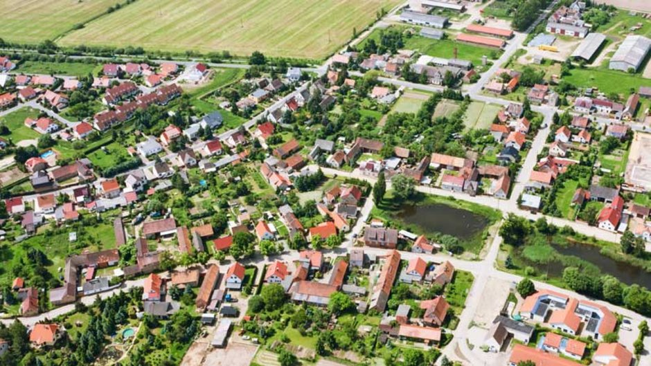 Grundsteuer, Luftaufnahme eines Ortes, Foto: iStock.com / cinoby