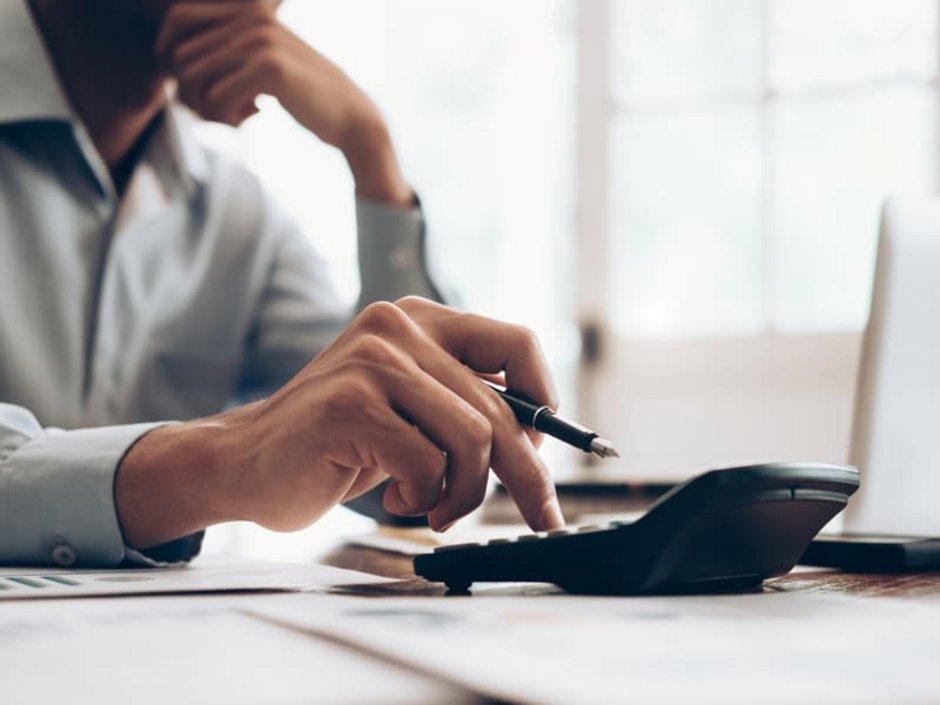Mehrwertsteuersenkung, Mann rechnet mit einem Taschenrechner, Foto: ljeab / stock.adobe.com