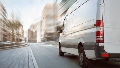unseriöse Umzugsunternehmen, Kleintransporter fährt durch eine Stadt, Foto: photoschmidt / stock.adobe.com