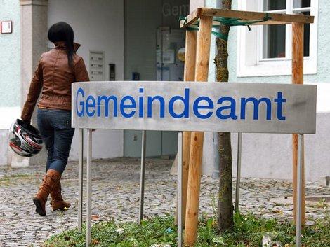 Auswandern Schweiz, Abmeldung, eine Frau geht in ein Gemeindeamt, Foto: Gina Sanders/stock.adobe.com