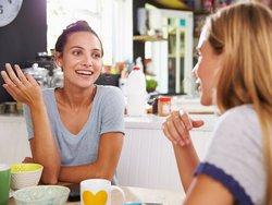 Untermietvertrag, Untervermietung, zwei junge Frauen unterhalten sich am Frühstückstisch, Foto: iStock.com/monkeybusinessimages