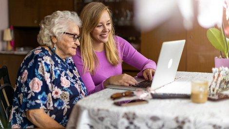 Nießbrauch, Oma und Enkelin schauen gemeinsam in den Laptop, Foto: pikselstock / stock.adobe.com