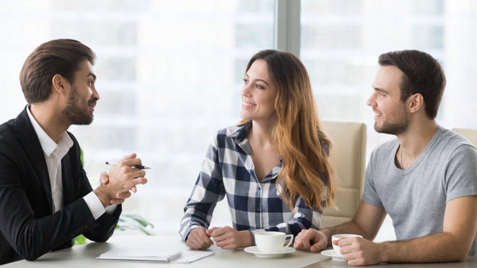 Restschuldversicherung, Versicherungsberater sitzt mit Paar am Tisch, Foto: fizkes / stock.adobe.com