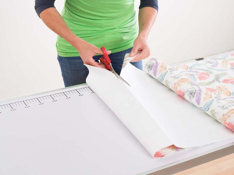 Tapezieren, zuschneiden, Foto: Deutsches Tapeten-Institut