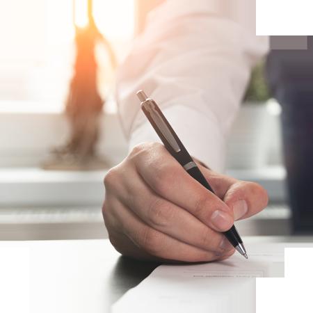 Kaufvertrag, eine Hand unterschreibt ein Dokument, Foto: iStock.com/simpson33